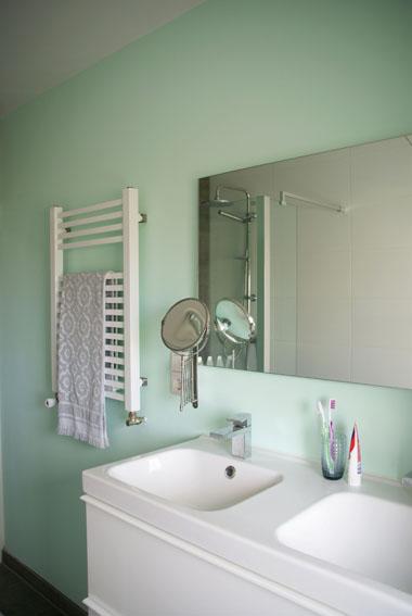 Zeegroene badkamer lotsofcolor - Badkamer verf grijs ...